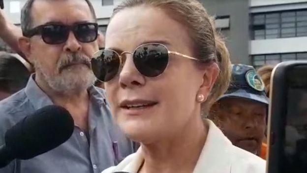 Gleisi Hoffmann, diante da PF em Curitiba