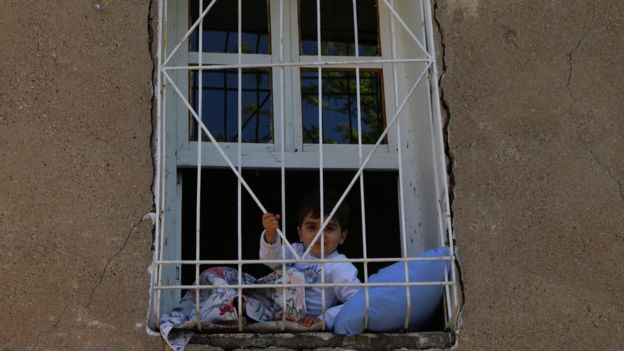 Sur'da camdan bakan çocuk