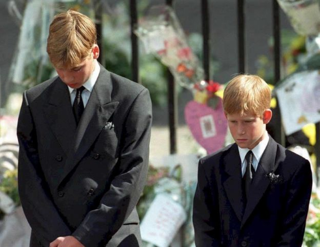 William y Harry, en el funeral de su madre.