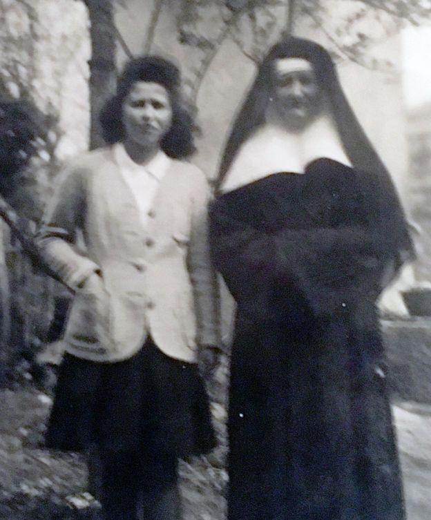 Denise Bergon junto a una chica, posiblemente Annie.