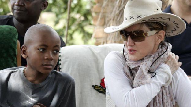 Madonna con uno de sus hijos adoptados