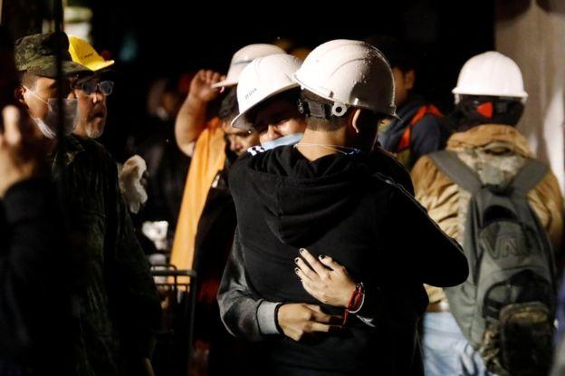 Rescatistas y voluntarios en las inmediaciones del Colegio Enrique Rébsamen, del barrio Coapa, en el sureste de la Ciudad de México, parcialmente derrumbado por el terremoto de magnitud 7,1 que sacudió el país el martes.