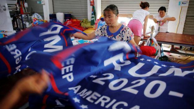 特朗普早前下令向中国进口的货物征收关税,他竞选连任的海报却被披露是中国制造。
