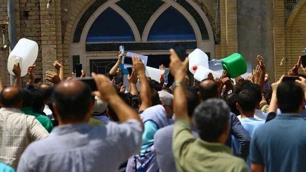 یک روز پیش از به خشونت کشیده شدن اعتراضات، شهروندان معترض با در دست داشتن ظرفهای خالی آب مقابل مسجد جامع خرمشهر تجمع کردند.