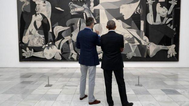 Obama y el rey Felipe miran un cuadro de Picasso