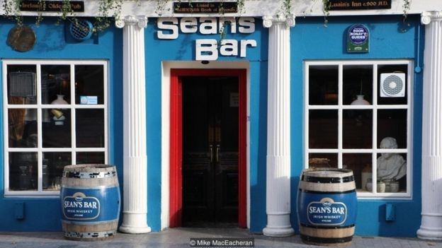 Imagem mostra fachada do Sean's Bar, na Irlanda