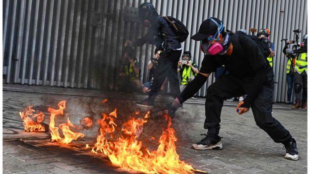 香港抗议:示威者不理警方反对游行,汽油弹催泪弹水炮车再现