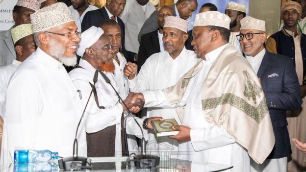 Uhuru Kenyatta oo la gudoonsiiyay Kitaab Quraan ah