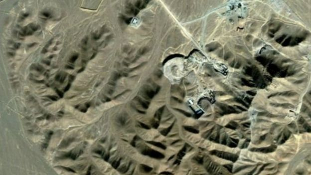 سایت فردو در زیرزمین و در منطقه ای محصور میان کوه تاسیس شده تا به گفته مقام های ایرانی در برابر حملات احتمالی خارجی آسیب ناپذیر باشد