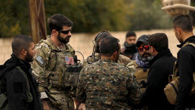 AFP, geçtiği bu fotoğrafta ABD askerleri ve SDG'lilerin bulunduğunu bildirdi.