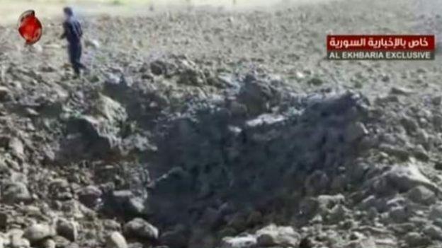 التلفزيون الرسمي يعرض صورا لما يقول إنه موقع إسقاط صاروخ أجنبي