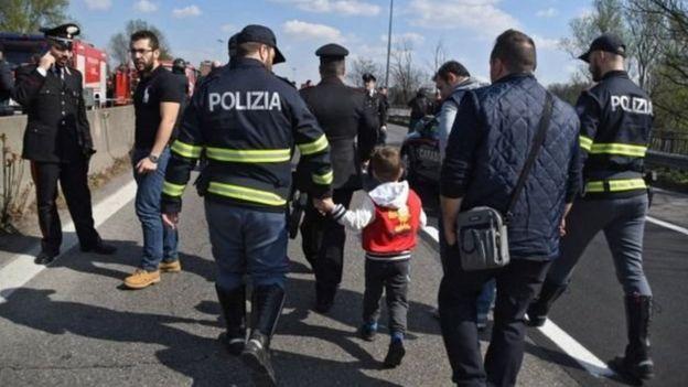 Polis ve kurtulan bir çocuk