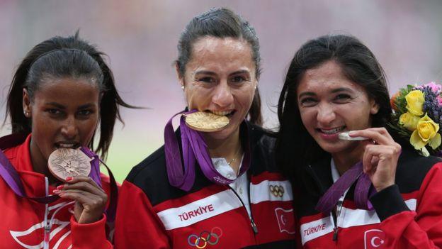 Maryam Yusuf Jamal y las competidas turcas en el podio en Londres.