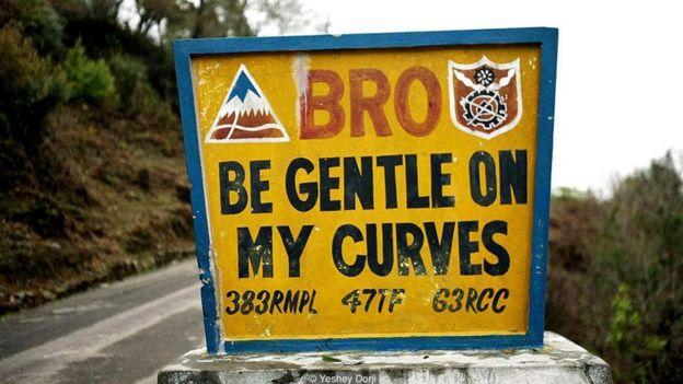 Những biển báo hài hước ở Bhutan _95589801_95447efc-d8a3-4774-a5b1-652f346e513e