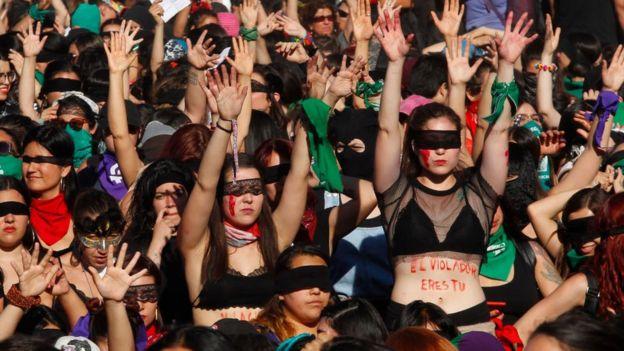"""Mujeres bailando """"Un violador en tu camino"""""""