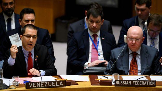 El embajador ruso, Vasily Nebenzya (der.) y el ministro de Relaciones Exteriores de Venezuela, Jorge Alberto Arreaza, sentados lado a lado en el Consejo de Seguridad de la ONU.