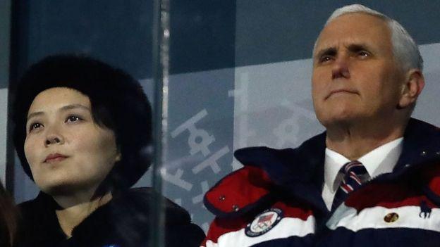 金与正(左)在平昌冬奥会开幕式上坐在美国副总统彭斯(右)后面一排。