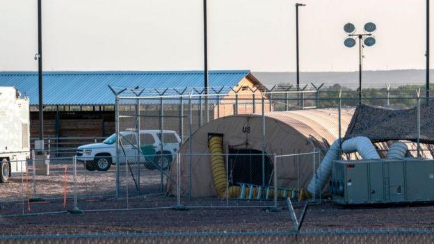Una carpa temporal armada al lado del centro de retención de la patrulla fronteriza en Clint, Texas.