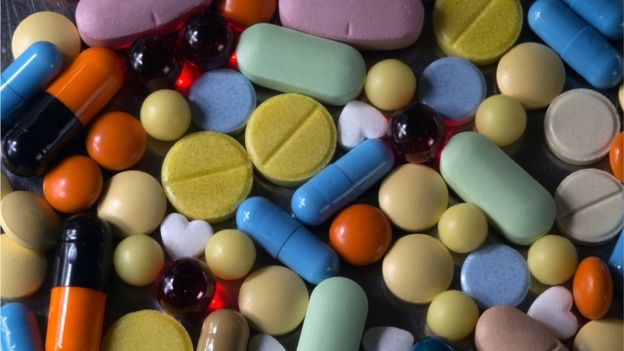 Pastillas y píldoras de distintos colores.