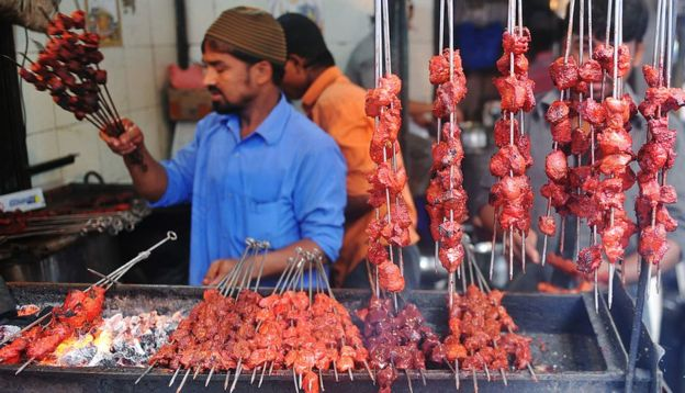 Un vendedor de carne asada en India