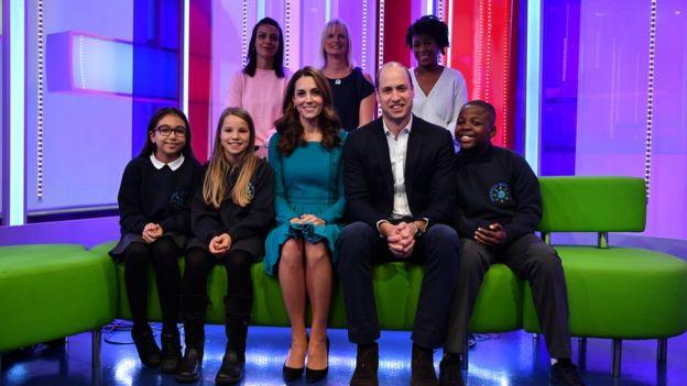 O casal real encontrou-se com crianças e seus pais na BBC