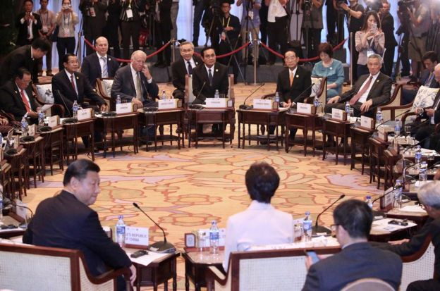 11月10日,APEC領袖代表宋楚瑜(後中右橘色領帶者)在越南出席