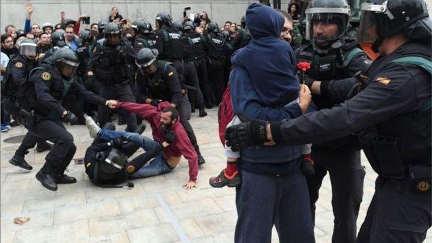 Policía con manifestantes