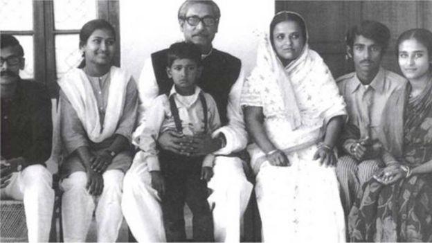 বাবা শেখ মুজিবুর রহমানসহ পরিবারের অন্যান্যদের সাথে শেখ হাসিনা
