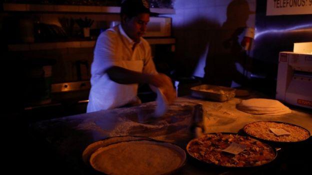 Pizzero en Caracas a oscuras.