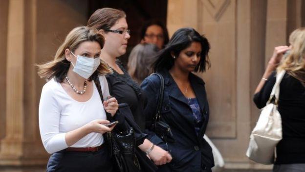Mulher usa máscara em Londres em 2009