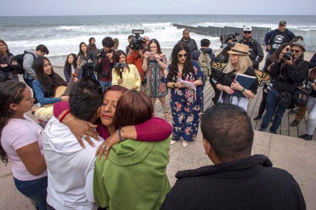 Personas en la frontera entre México y Estados Unidos