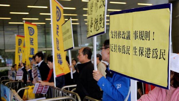支持修改議事規則的團體在立法會外請願。