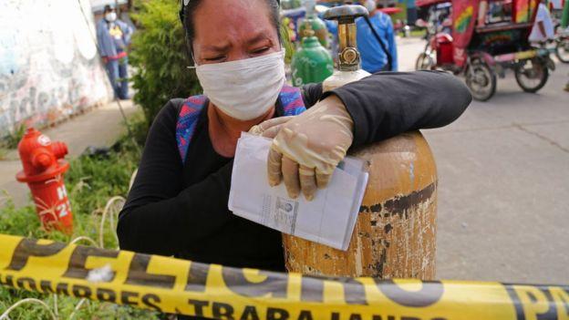 Mujer con oxígeno en Iquitos, Perú