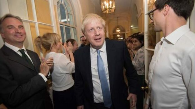 Boris Johnson disambut staf Downing Street.