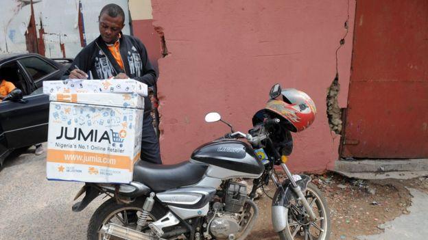 Marca da Jumia em compartimento de carga de motocicleta