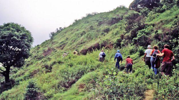 Los Poinar liderando la expedición a la mina La Toca, en el norte de República Dominicana, en 1986.