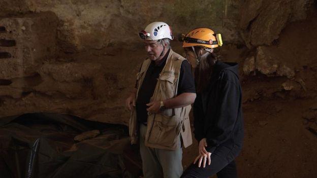 Clive Finlayson em caverna em Gibraltar