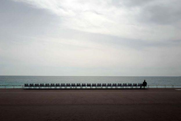 رجل ينظر إلى الشاطئ