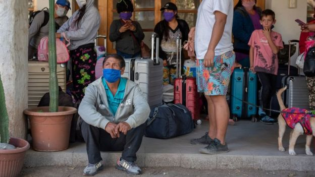 """127 peruanos fueron acogidos por el Arzobispado de Santiago. """"Quisimos darle asilo a personas muy pobres, que estaban en una situación indigna, en la calle"""", dice el obispo Cristián Roncagliolo."""