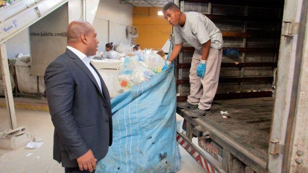 Júlio Santos com funcionário de sua empresa