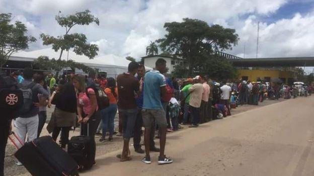 Fila na fronteira do Brasil com a Venezuela