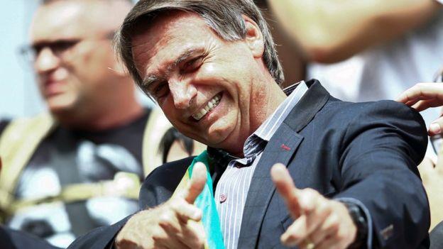 ژایر بالسونارو با اینکه از سال ۱۹۹۱ نمایندهٔ مجلس بوده است اما فردی خارج از دنیای سیاست به شمار میرود