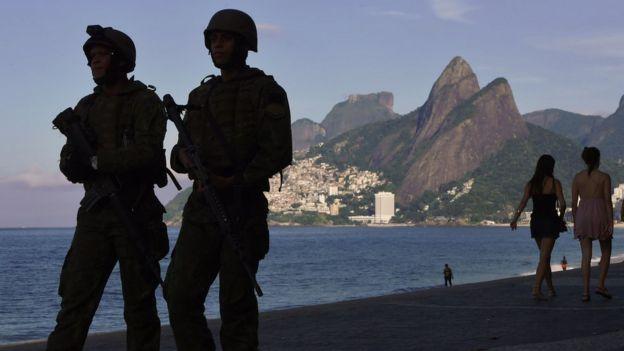 Militares e pedestres em calçadão da praia de Ipanema