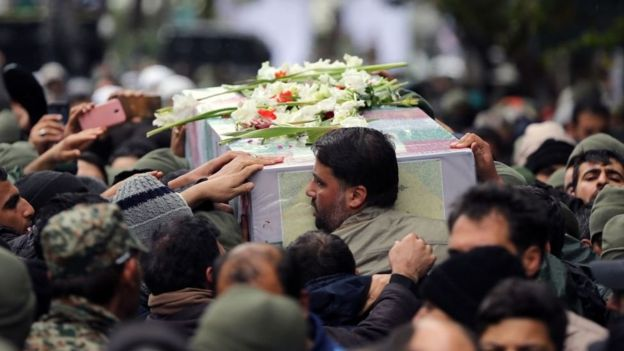 تشییع جنازه یکی از ماموران امنیتی که به گفته مقامات ایران در جریان اعتراضات اخیر در تهران کشته شده است