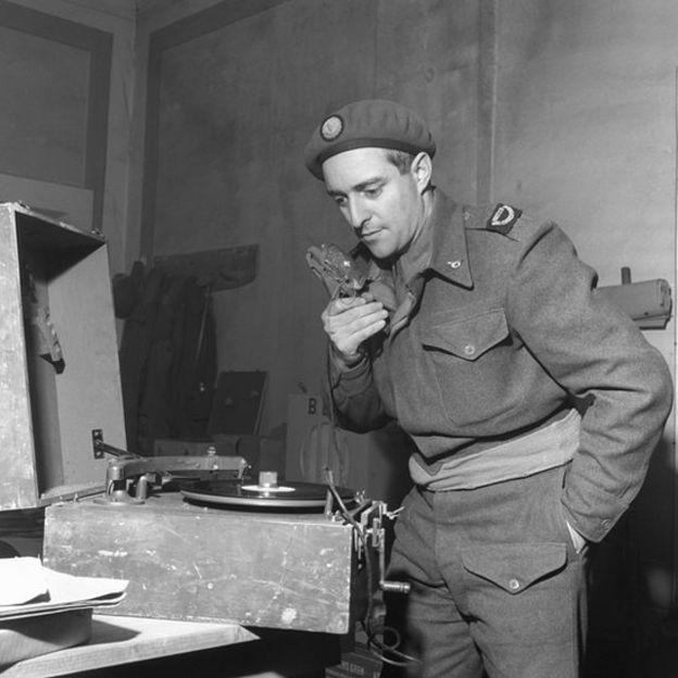 Francis Hallawell com gravador portátil, em 1944