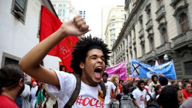 Manifestante grita em passeata no Rio de Janeiro