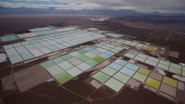 Vista aérea das piscinas de salmoura em mina de lítio