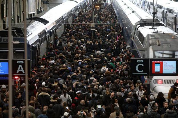 Una multitud intenta abordar trenes en Francia