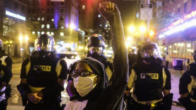 Um manifestante levanta a mão do lado de fora da sede do estado de Ohio em Columbus (28 de maio de 2020)