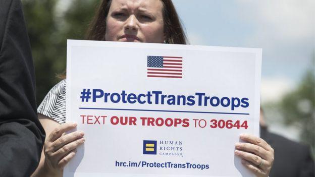 Manifestação contra anúncio de Trump de banir trans das Forças Armadas